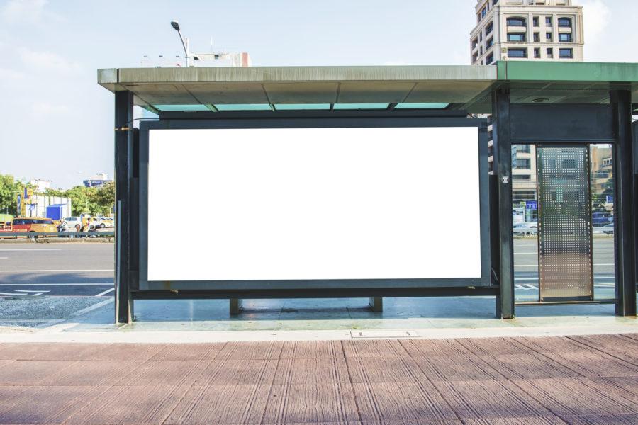Blokowanie reklam - biały bilboard na ulicy
